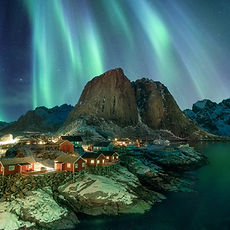 northern-lights-over-fishing-village-wit