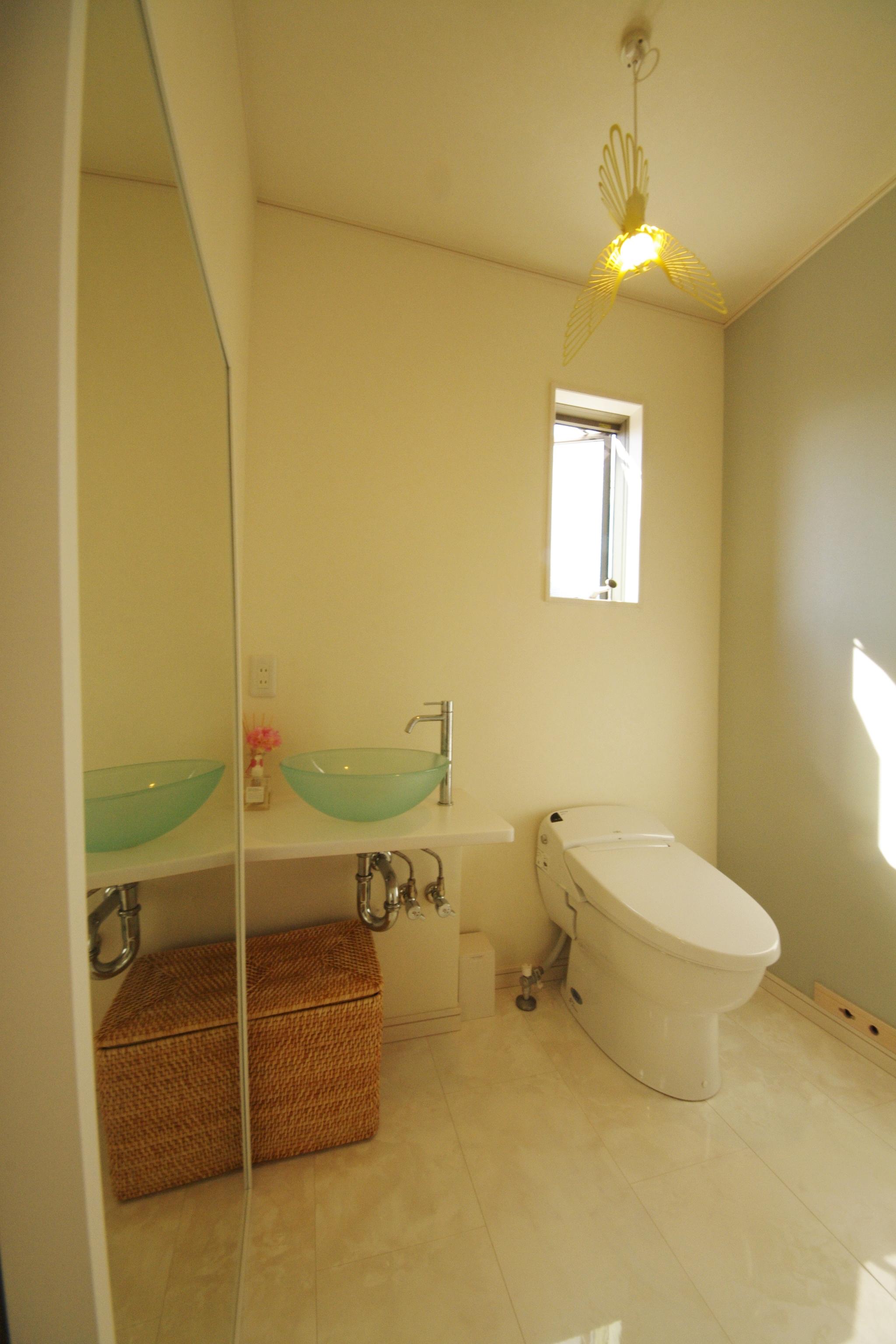さわやかなで、インテリア小物がおしゃれなトイレ