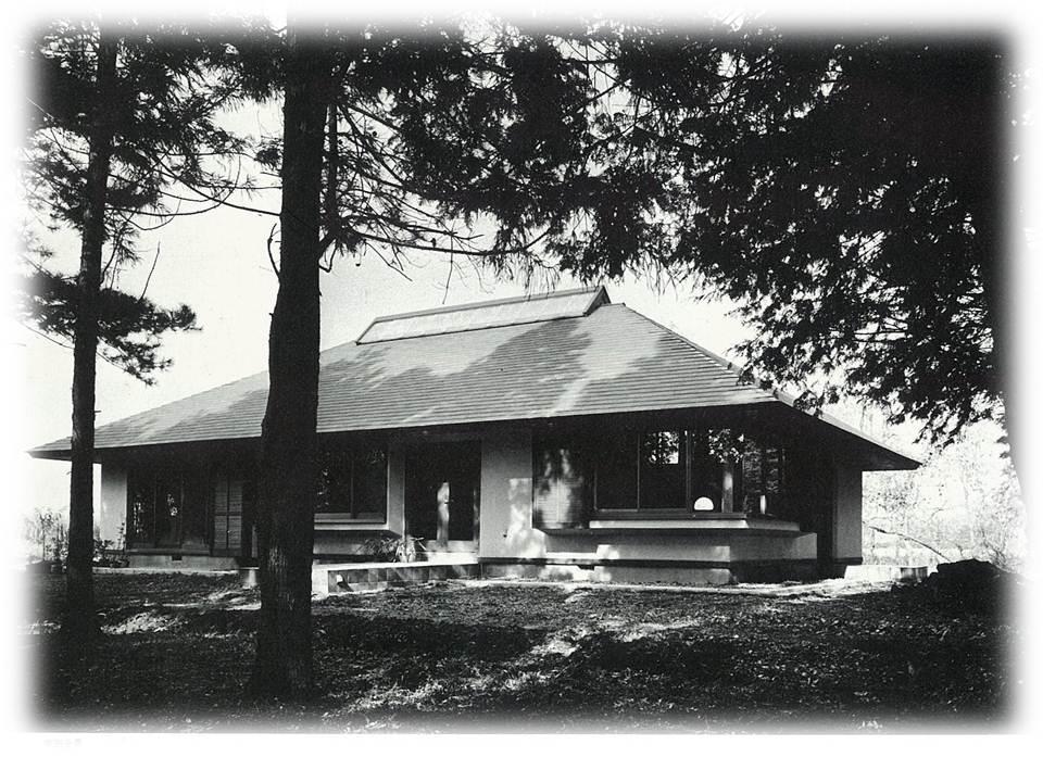 大きな庇が張り出した平屋の邸宅