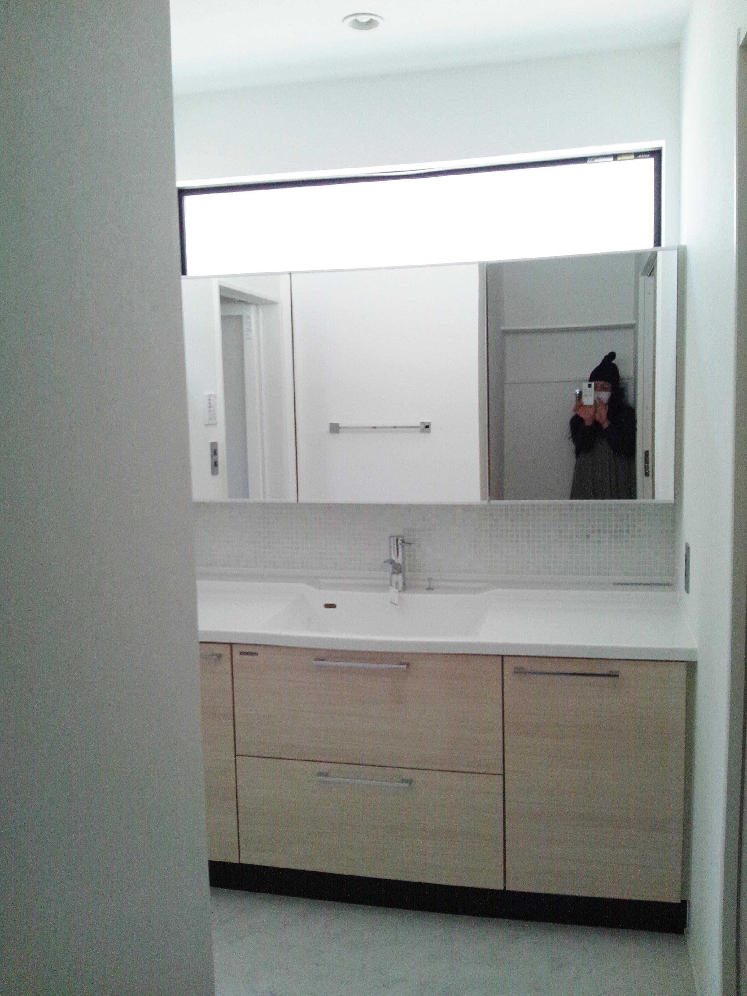 洗面台と鏡の間に、おしゃれなタイル貼り