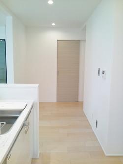 1階/床は無垢のサクラ材で、優しい空間に