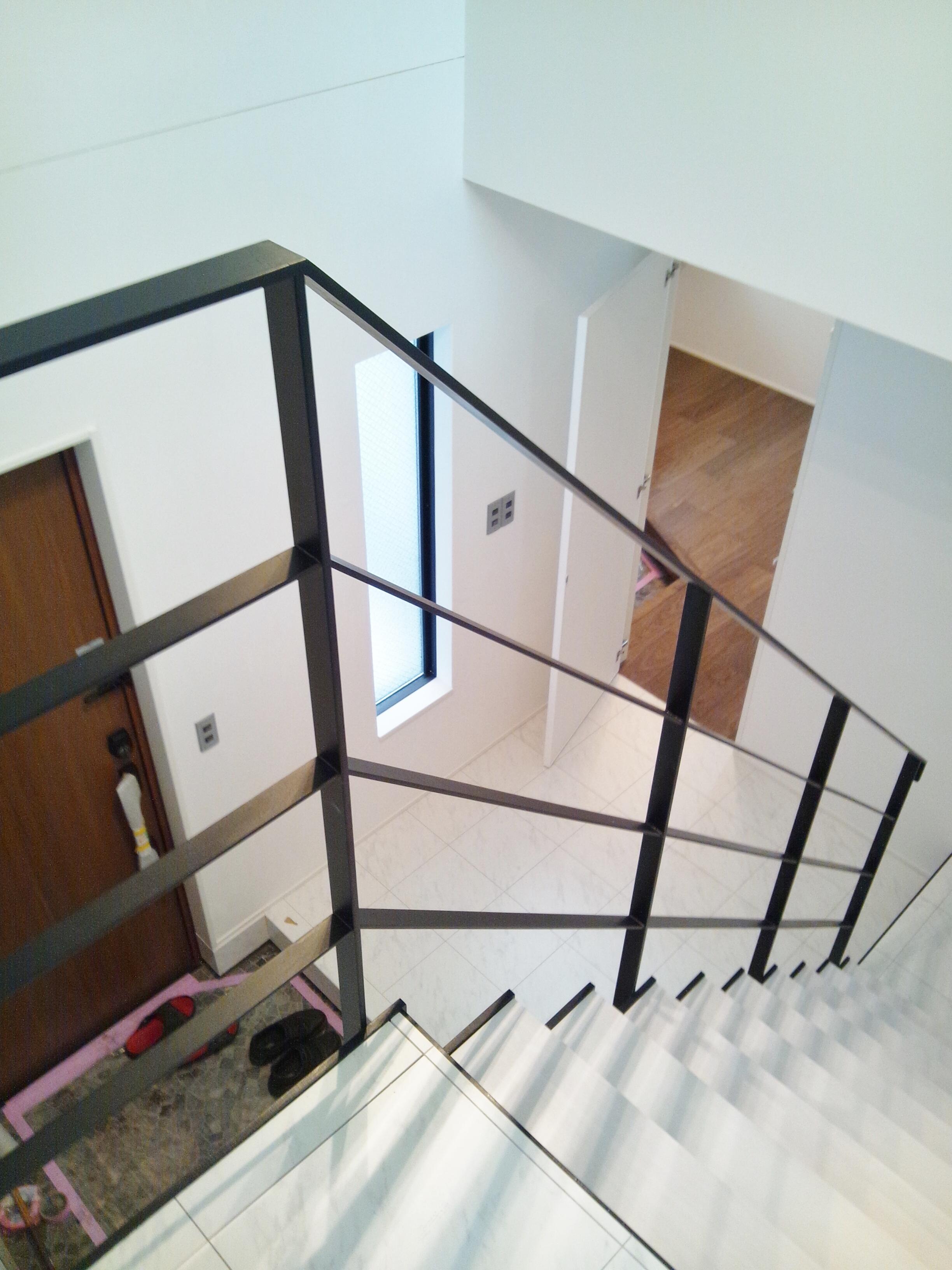 2階若夫婦家族の玄関を望む