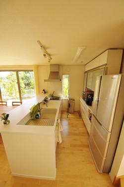 キッチンも白に統一することで、すっきりした美しさに