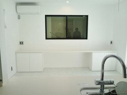ダイニングの正面壁には、多目的収納兼デスク