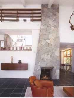 リビング/こだわりの暖炉と石張り、黒の石床