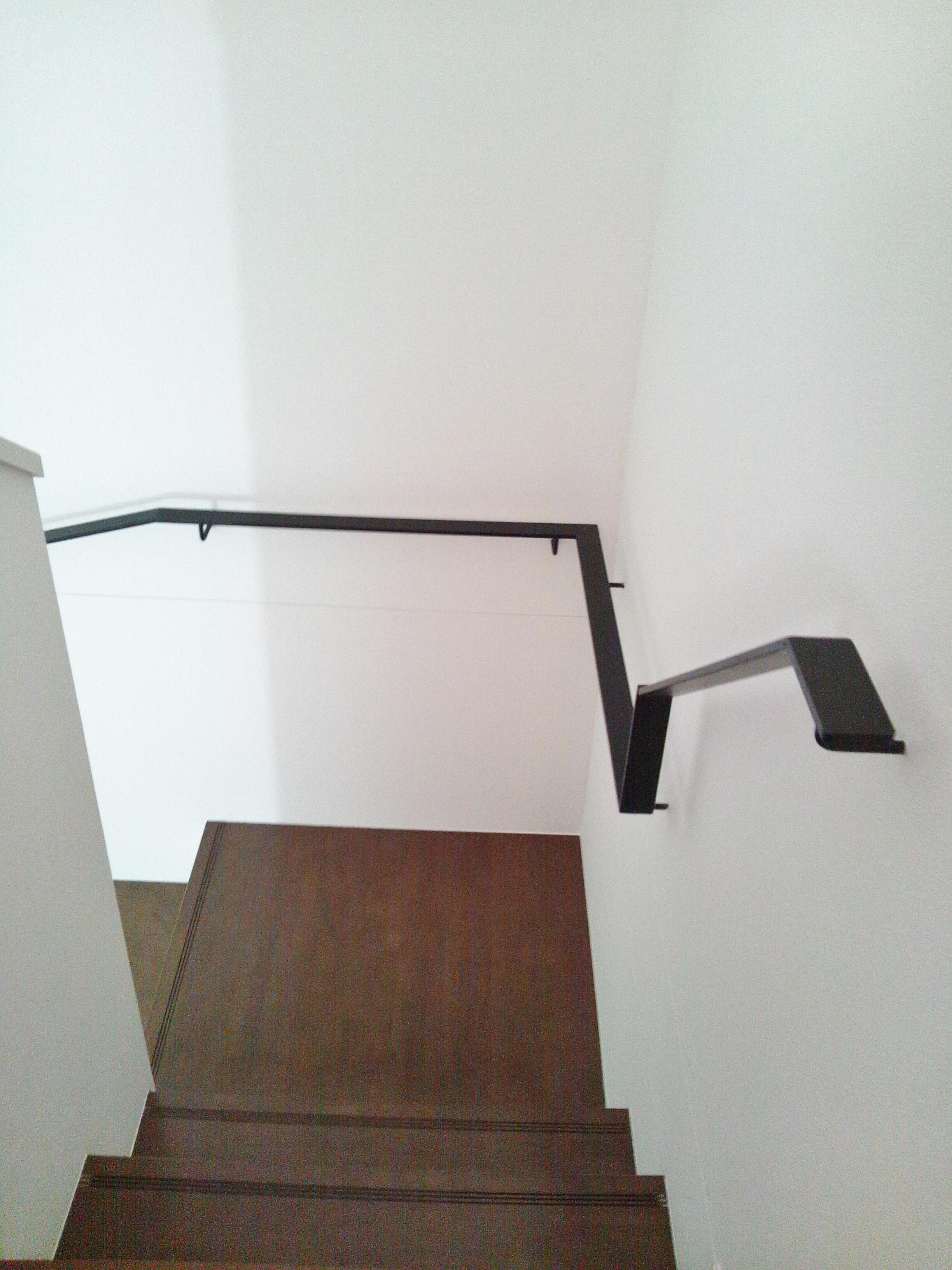 3階世帯/階段の手すりは、こだわりのアイアン