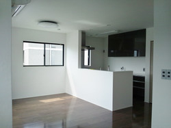 3階世帯/落ち着きのある床とスタイリッシュなキッチン扉