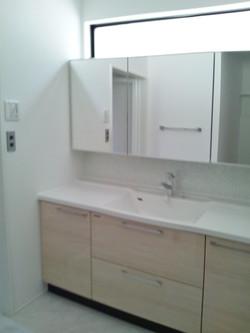 壁から壁までの洗面台でスッキリ広々感のある空間に