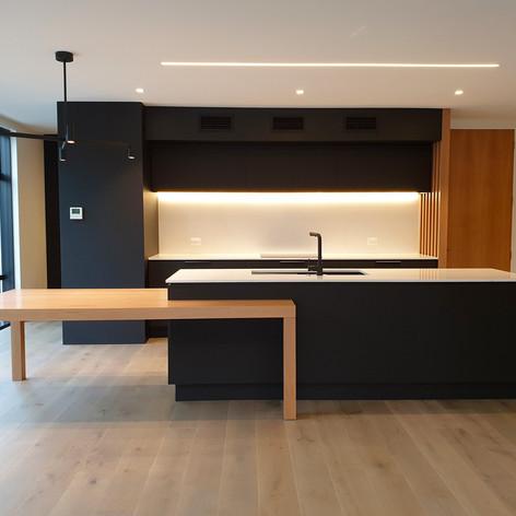 Black-white-kitchen-frontal.jpg