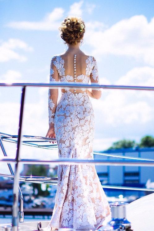 Силуэтное платье расшитое кружевом.