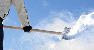 Mann mit Schneeschaufel im Winter