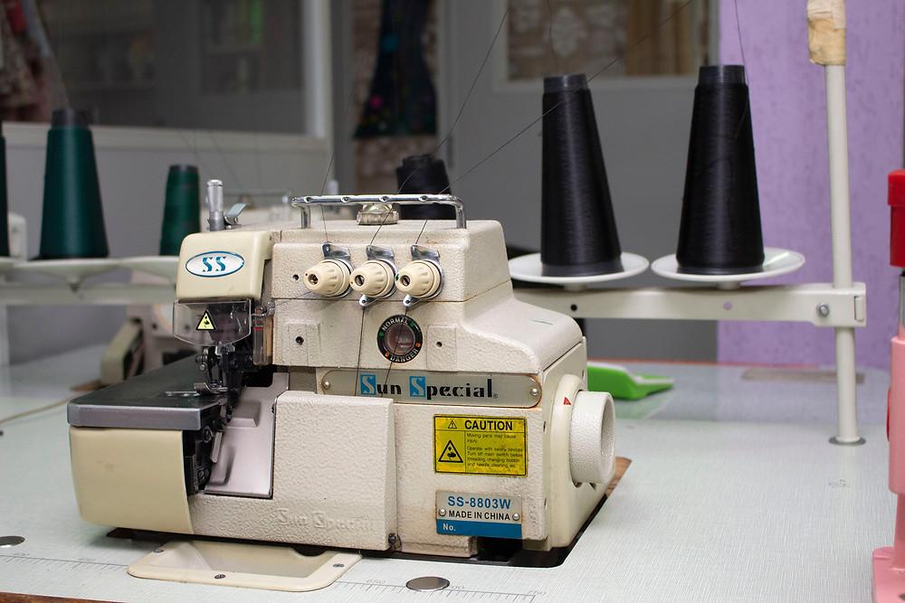Máquina de costura overlock da Escola Sivest