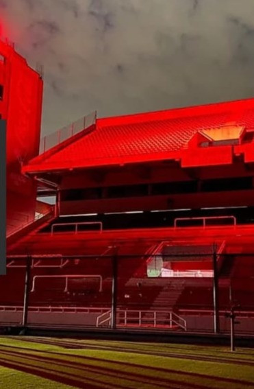 Foto de la tribuna iluminada de rojo con un solo proyector