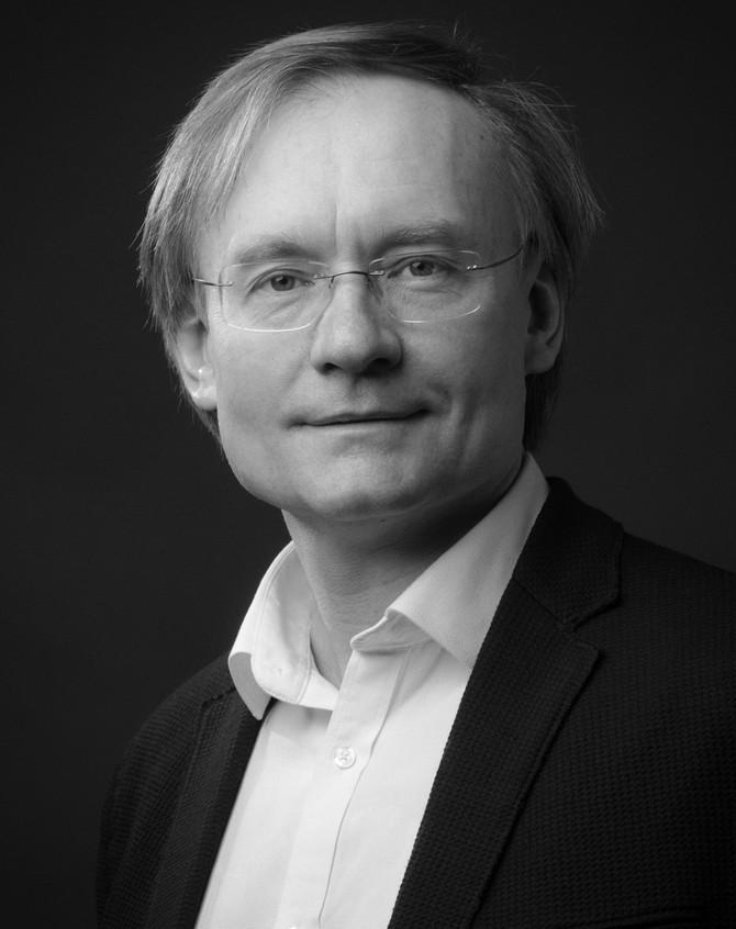 Robert  Servénikas