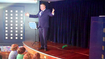 Henfield magician, magician in Henfield , Children's entertainer Henfield, Birthday party Henfield, Magic Show henfield, David Tricks Magician Henfield