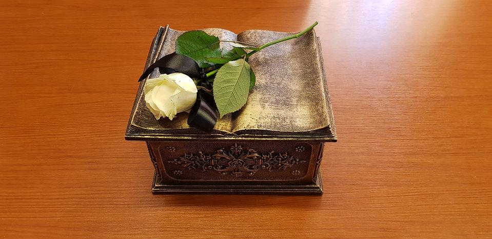 Urna z białą różą