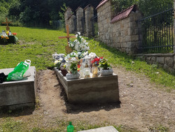 Grób na cmentarzu o znacznym pochyleniu