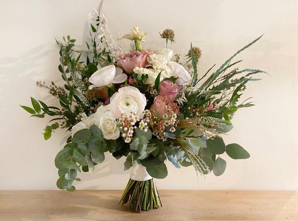 Klooni ranunculus, wax flower, Cafe late roses, scabiosa seed pods