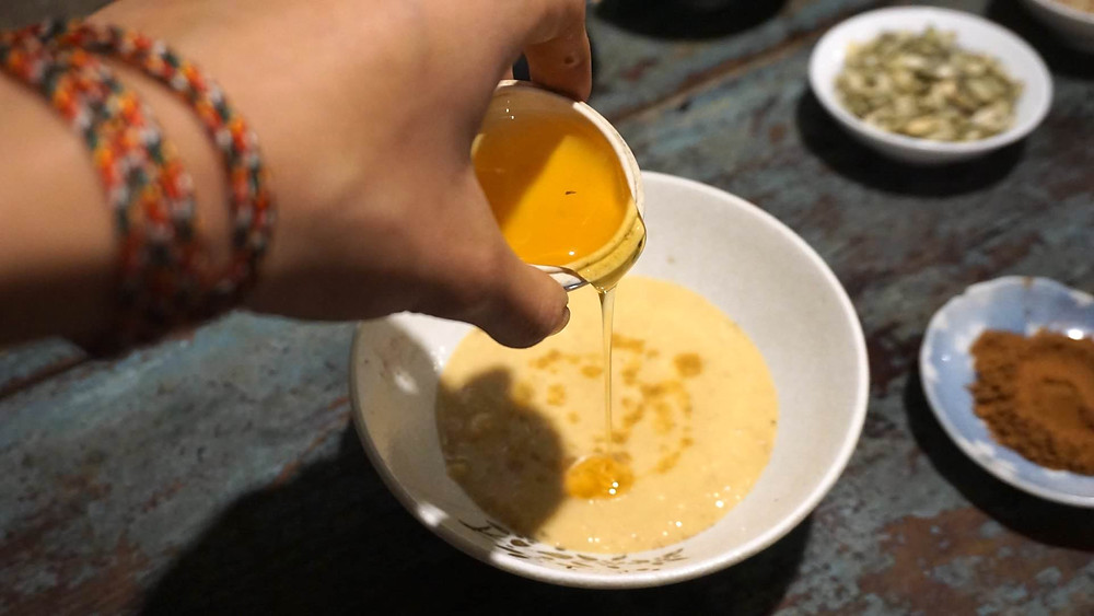 Mình đang trộn mật ong vào với sốt bơ mè