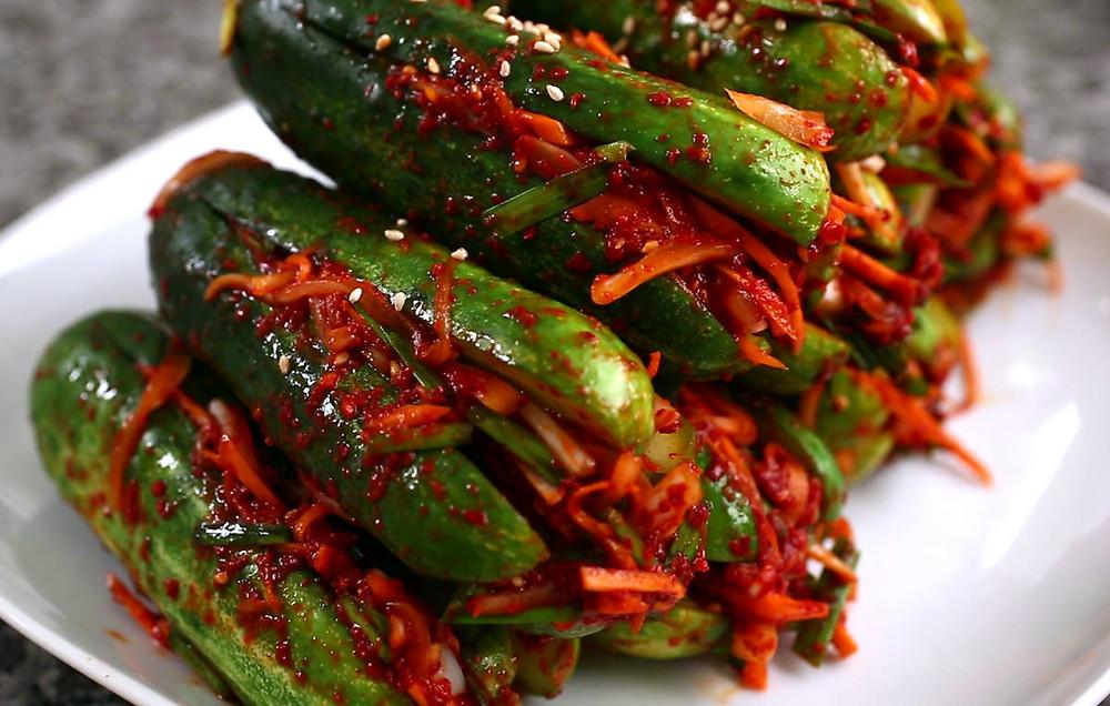 Nếu bạn muốn nó lên men nhiều hơn, hãy để kimchi ở nhiệt độ phòng trong một vài ngày cho đến khi nó có mùi và vị chua, sau đó cho vào tủ lạnh và dùng lạnh.