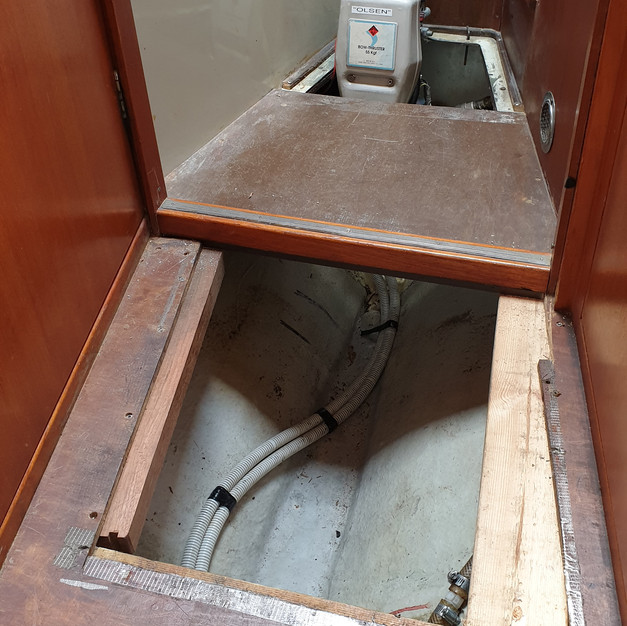 I needed to remove some of the floor planking to get access to the old tank. Here you can see, that I installed new planks again, before putting the floor panels back on.