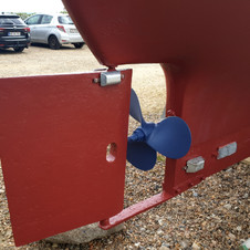 Hull painted, new zincanodes mounted and the propeller painted blue with anti-fouling.