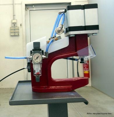 Pneumatyczne urządzenie do mocowania nap
