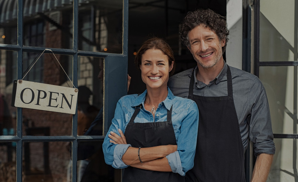 small-business-owners-couple-DUENGKX_edi