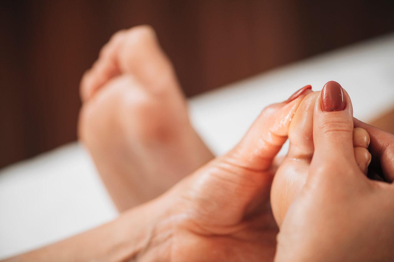 reflexology-foot-massage-reflexologist-a