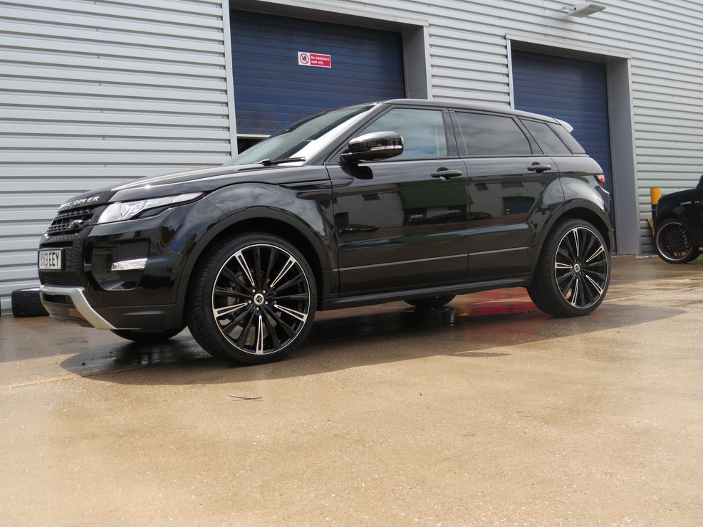 Black Range Rover Evoque on HAWKE Chayton wheels in Black Highlight colour finish