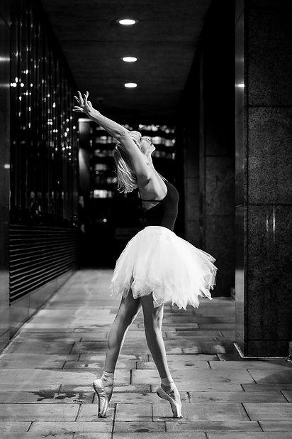 Reza Hadian Photography pixrez black and white ballet photoshoot in London bridge street art dance tutu point shoe