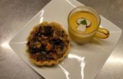 Tartelette aux champignons, velouté de potimarron et châtaignes