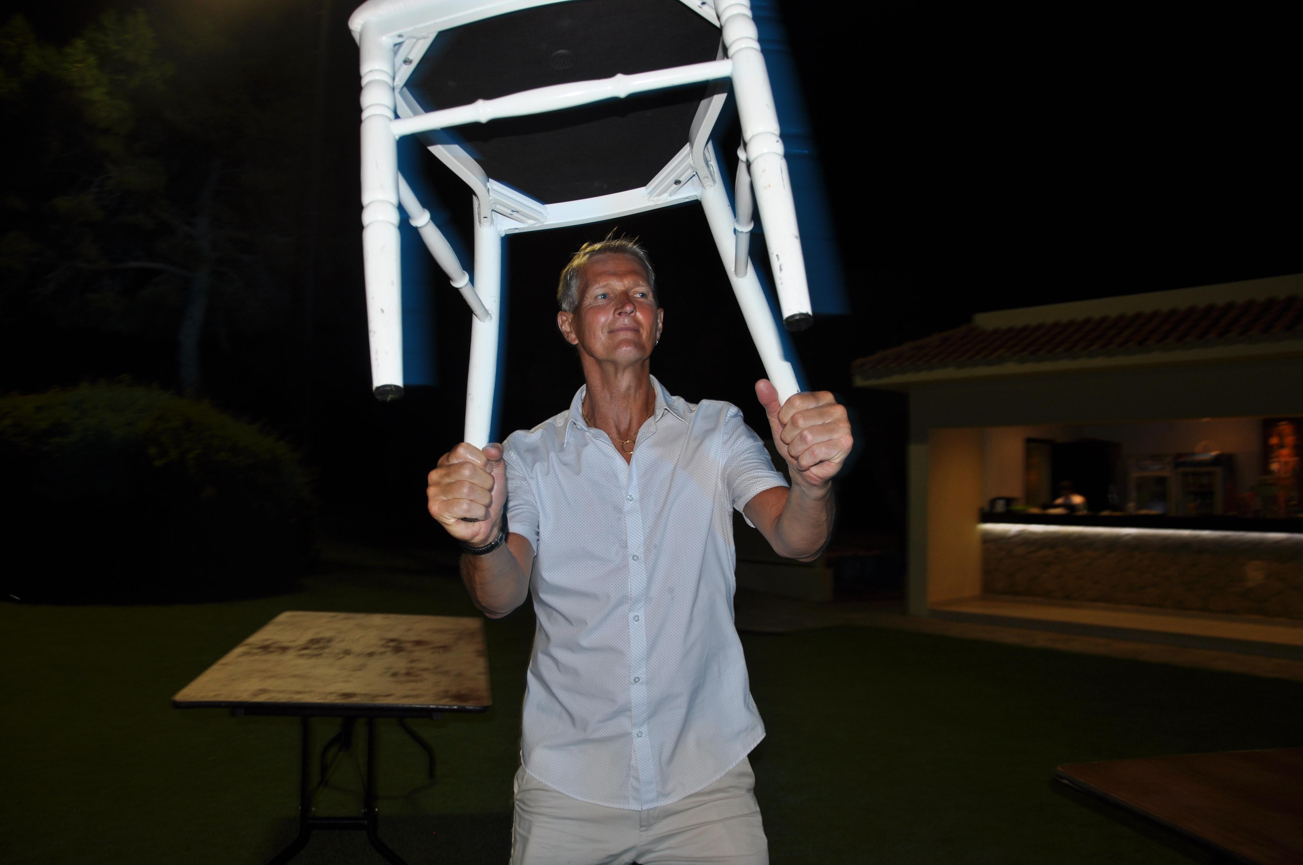 Ulf dansar med stolen