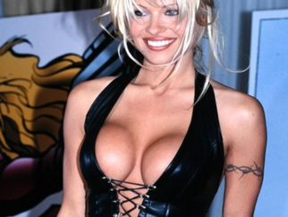 Определяем тренды 90-х по лукам Памелы Андерсон