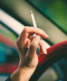Femme tenant une cigarette