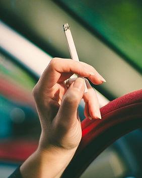 Frau, die Zigarette anhält