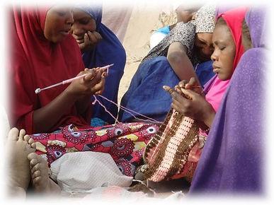 femmes tricotant flou.JPG