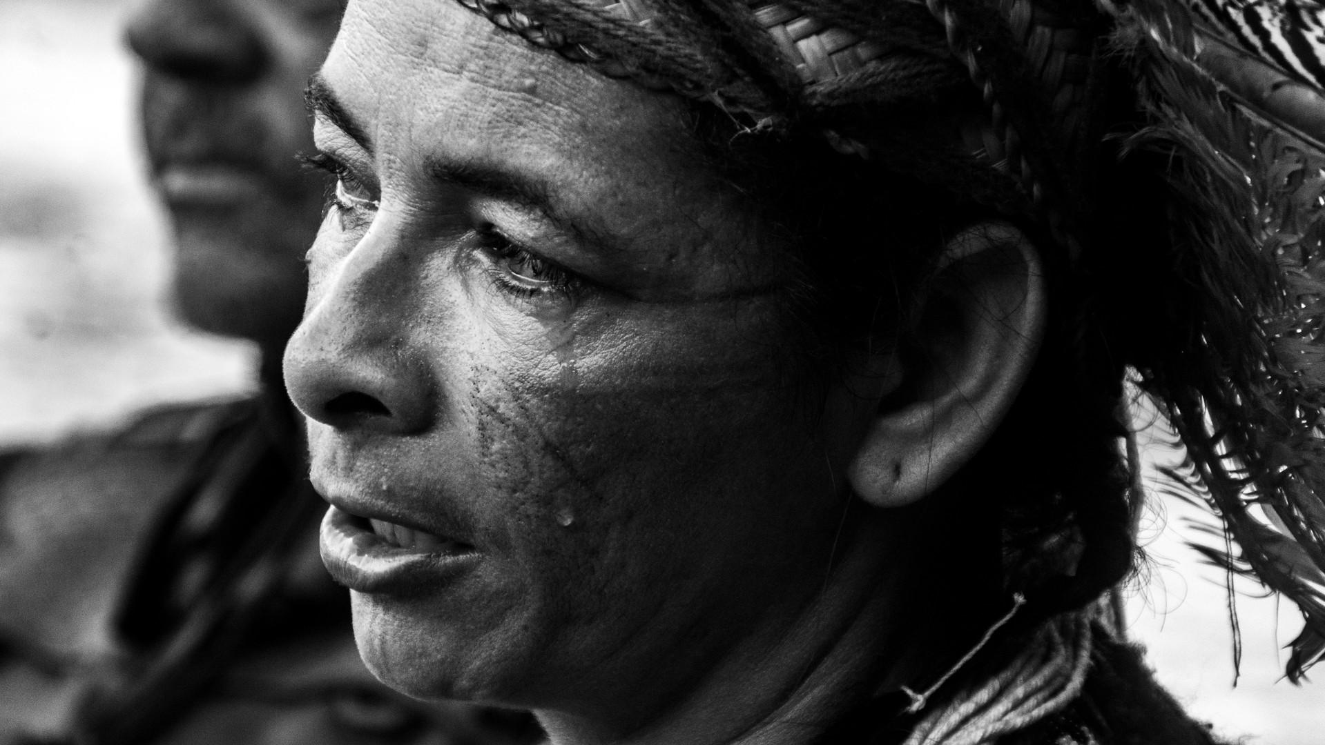 Indio chora as beiras do rio Paraopeba.j