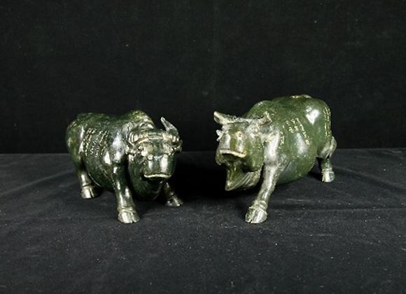 大清乾隆形制 和闐碧玉牛一對 (Pair of Qing Dynasty Carved Jade Figures of Ox & Bull)