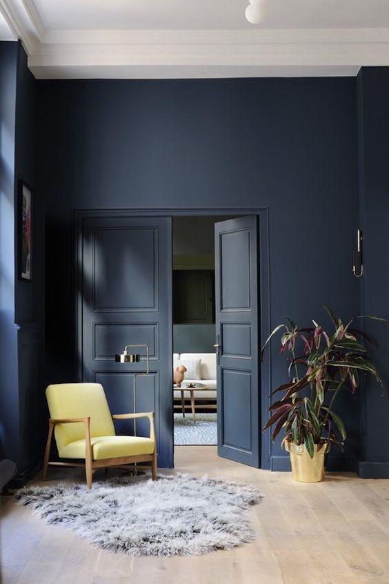 Ce magnifique bleu foncé vient habiller le mur de cette pièce pour amener du cachet