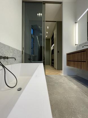 Rénovation-complète-salle-de-bains-haut-de-gamme.jpeg