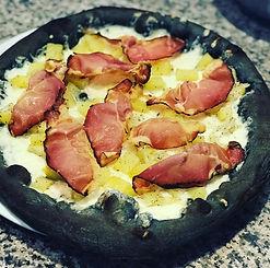 schwarze Pizza mit Speck und Kartoffeln