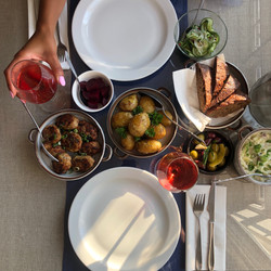 Aftensmåltidet indtages i aftensolen