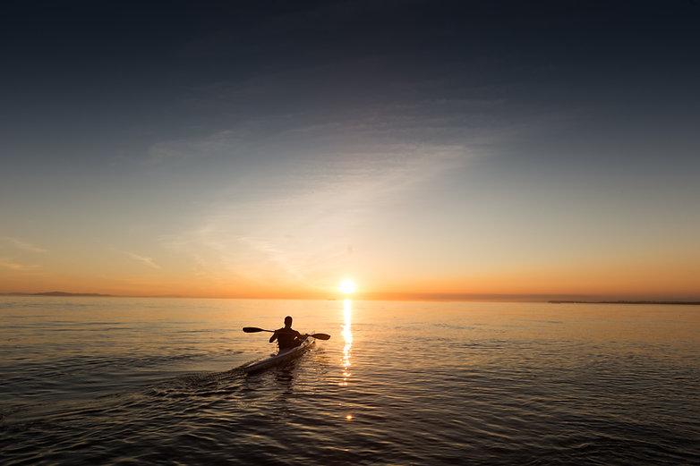 Kayaking en la puesta del sol