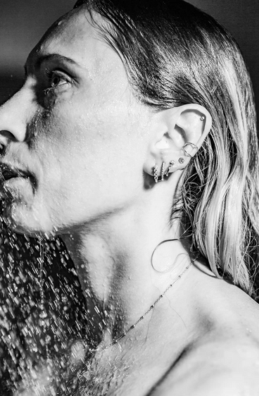 Black and White Shower Jewelry Model.png