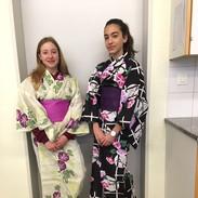 Schülerinnen_in_japanischen_Kleidern.jpe