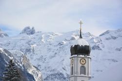 Aussicht auf Kirchturm u. Berge