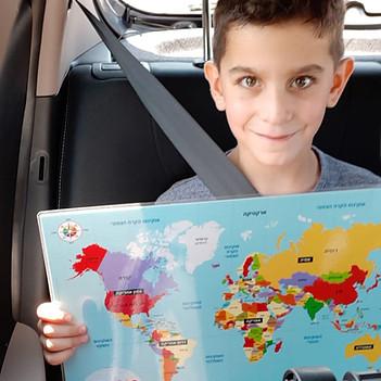 יונתן נוסע ונהנה ממפת העולם.jpg