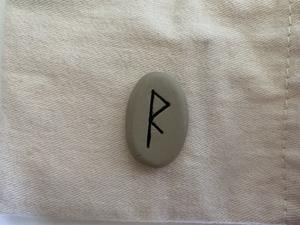 La rune Kenaz, Ken, Cen, Kano, Chozma, Kauna, Kaunan, Kaunaz, Kenaz, Kusmas, Kaun, Kauno est associée au dieu Loki.