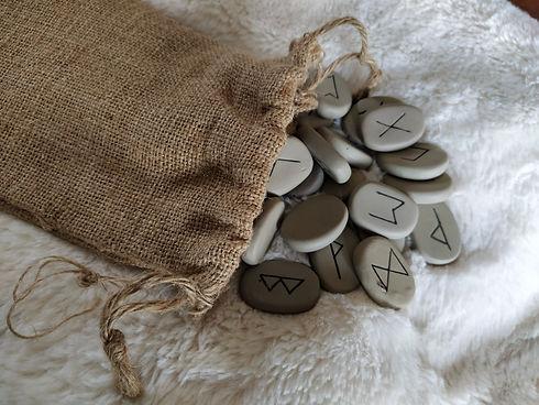 """Tirage de rune rapide Tirage de méditation Tirage du """"OUI ou NON"""" Tirage des TROIS runes pour célibataire Tirage de compatibilité du couple Tirage dans le temps, etc."""
